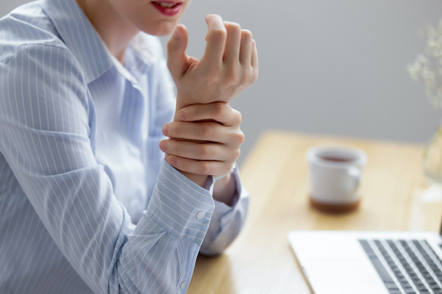 Wrist pain, tendovaginitis, carpal tunnel inflammation and problems with the fingers